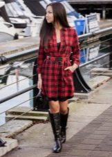 Красное платье-рубашка в клетку в сочетание с черными сапогами