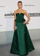Длинное зеленое платье с баской и пышной юбкой