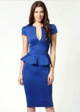 Яркое синее платье средней длины с баской