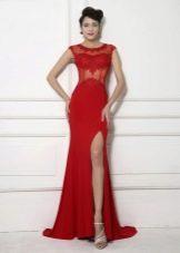 Красивое длинное красное платье с корсетом