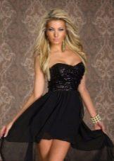 Черное короткое платье со шлейфом и корсетом