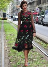 Черное платье с розовыми розами