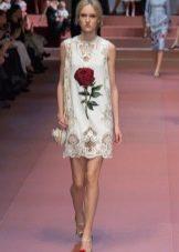 Белое платье с розами и перфорацией по низу Дольче Габбана