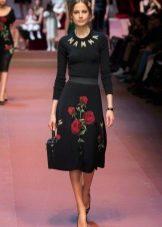 Черное платье с розами Дольче Габбана