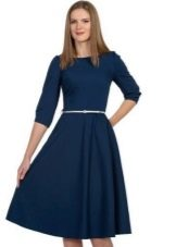 Синее однотонное платье средней длины с юбкой полусолнце