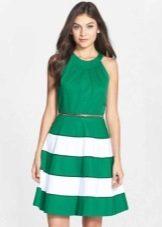 Зеленое платье с юбкой полусолнце и американской проймой