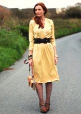 Желтое трикотажное платье с запахом