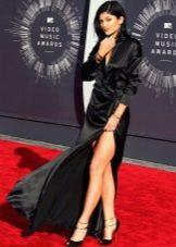 Длинное черное атласное платье с запахом