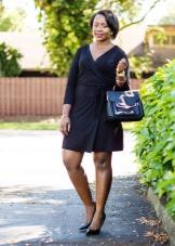 Черное трикотажное платье с запахом