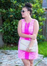 Короткое розовое платье-шифт для полных