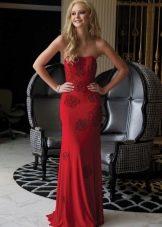 Красное платье со шлейфом и открытыми плечами