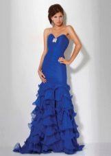 Синее платье со шлейфом и открытыми плечами