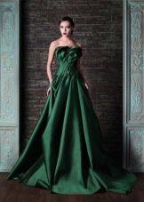 Зеленое платье со шлейфом и открытыми плечами