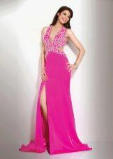 Ярко-розовое платье со стразами и шлейфом