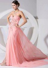Персиковое платье со стразами и шлейфом
