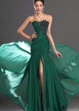 Длинное зеленое платье со шлейфом