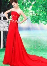 Длинное красное платье со шлейфом