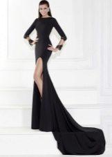 Черное платье с длинным шлейфом