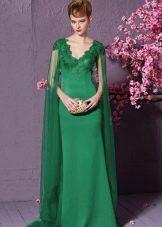 Зеленое платье с V-образным вырезом и шлейфом