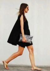 Вечернее черное платье трапеция с клатчем-конвертом