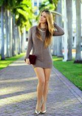 Вязанное спицами платье-туника