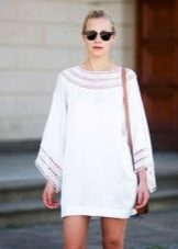 Вязаное белое платье-туника с рукавами