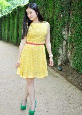 Желтое платье в горошек с расным ремнем