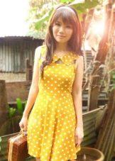 Желтое платье в белый горошек