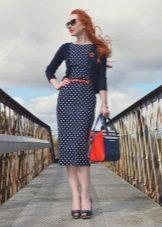 Синее платье-футляр в мелкий белый горошек
