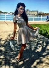 Серое короткое платье с юбкой солнце в белый горошек