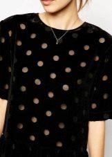 Черное бархатное платье в горошек