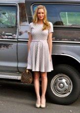 Повседневное светло-серое платье в белый горошек