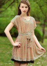 Бежевое платье в мятного цвета горошек