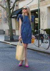 Светло-синее платье в белый горошек