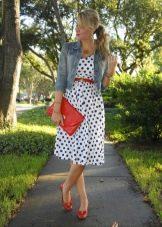 Белое платье в синий горошек в сочетание с красными аксессуарами