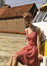 Красное платье в белый горошек в ретро стиле