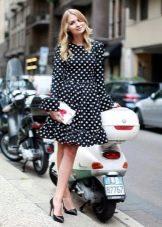 Черное платье в мелкий белый горошек