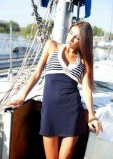 Короткое облегающее платье в морском стиле