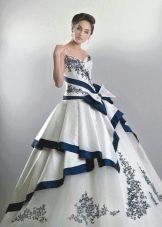 Свадебное платье с синей окантовкой