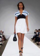 Летнее платье в морском стиле с белой юбкой