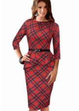 Платье-футляр в красную шотландскую клетку (тартан) с черным ремешком