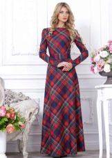 Длинное платье в шотландскую клетку с длинным рукавом