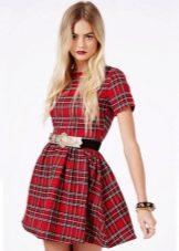 Короткое с ремнем платье в красную шотландскую клетку (тартан)
