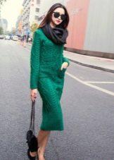 Вязаное зленое платье средней длины с длинным рукавом