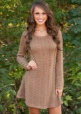 Короткое коричневое вязаное платье с длинным рукавом