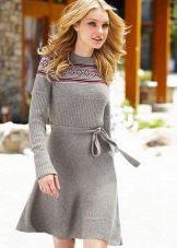Серое вязаное платье с длинным рукавом на пояске