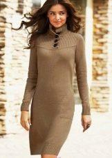 Вязаное прямое коричневое платье с длинным рукавом