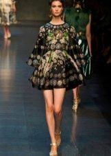 Шифоновое платье с длинным расклешенным рукавом