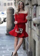 Красное платье с открытыми плечами с длинным рукавом