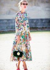 Длинное закрытое платье с цветным принтом с длинным рукавом